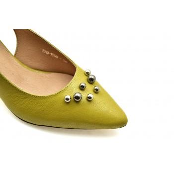 affba858 Ciekawe ozdoby na cholewce nadają oryginalności. Te czółenka to idealny  wybór dla Pań, które cenią wygodę, elegancję i klasykę w modzie.