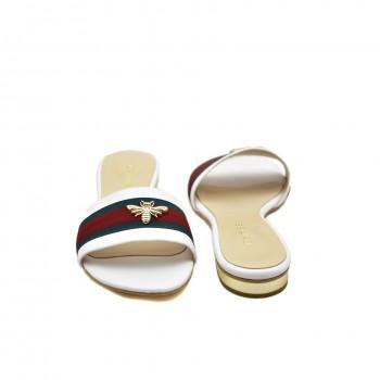 Wygodne lekkie klapki na płaskim obcasie ze złotą muchą