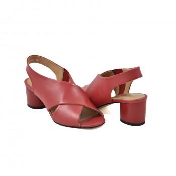 dobrze wyprofilowane czerwone sandałki idealnie układające się do stopy na niewysokim obcasie